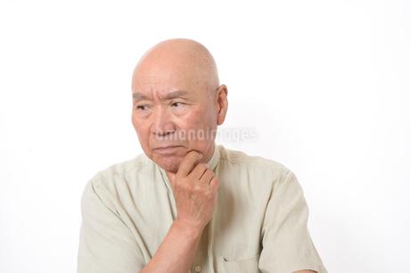 シニアの悩んだ顔の写真素材 [FYI01266607]