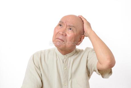 シニアの悩んだ顔の写真素材 [FYI01266608]