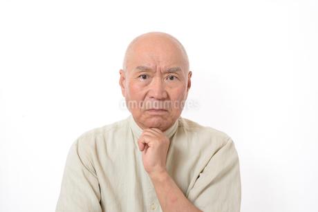 シニアの悩んだ顔の写真素材 [FYI01266609]