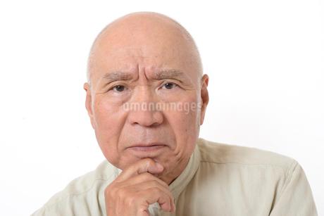 シニアの悩んだ顔の写真素材 [FYI01266611]