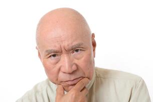 シニアの悩んだ顔の写真素材 [FYI01266612]