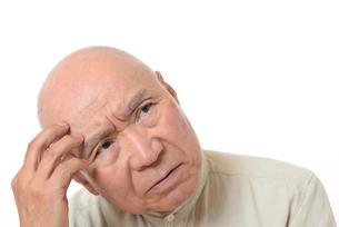 シニアの悩んだ顔の写真素材 [FYI01266613]
