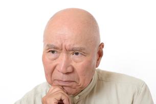 シニアの悩んだ顔の写真素材 [FYI01266614]