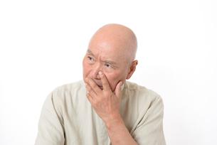 シニアの悩んだ顔の写真素材 [FYI01266615]