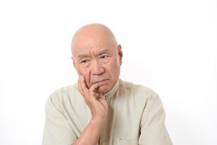 シニアの悩んだ顔の写真素材 [FYI01266616]
