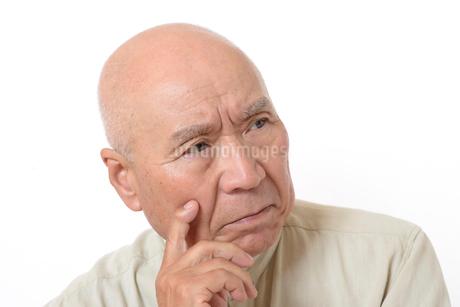 シニアの悩んだ顔の写真素材 [FYI01266617]