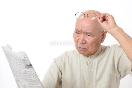 老眼のシニア男性の写真素材 [FYI01266631]