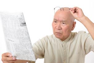 老眼のシニア男性の写真素材 [FYI01266632]