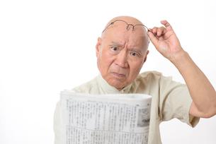 老眼のシニア男性の写真素材 [FYI01266633]