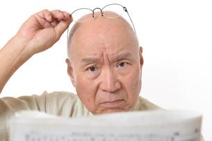 老眼のシニア男性の写真素材 [FYI01266634]