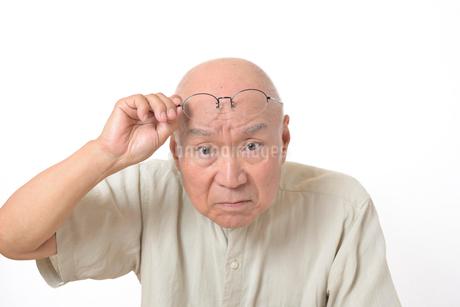 老眼のシニア男性の写真素材 [FYI01266635]