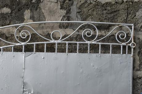 デザインされた古い鉄のゲートの写真素材 [FYI01266668]