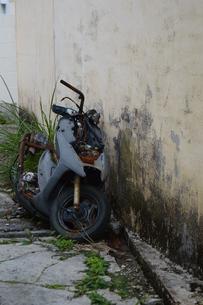 路地裏に廃棄されたオートバイの写真素材 [FYI01266669]