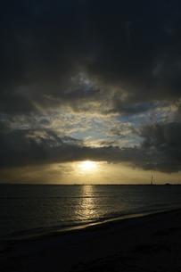 夕日に雲が一直線に覆うの写真素材 [FYI01266670]