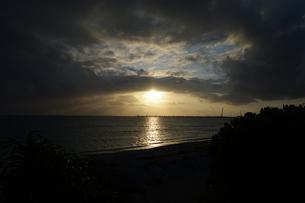 夕日に雲が一直線に覆うの写真素材 [FYI01266671]