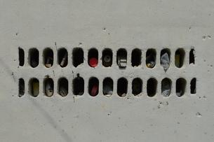 古いブロック塀の穴にゴミが捨てられているの写真素材 [FYI01266678]
