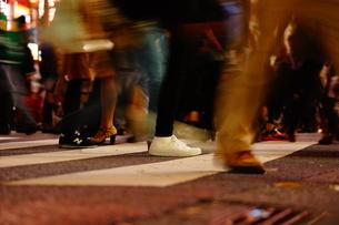 渋谷スクランブル交差点を歩く人々の写真素材 [FYI01266825]