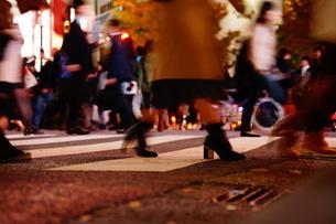 渋谷スクランブル交差点を歩く人々の写真素材 [FYI01266826]