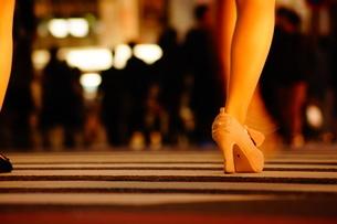 渋谷スクランブル交差点を歩く人々の写真素材 [FYI01266831]