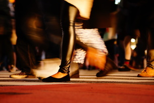 渋谷スクランブル交差点を歩く人々の写真素材 [FYI01266833]