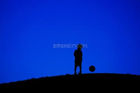 サッカーボールで遊ぶ少年(電線なし)の写真素材 [FYI01266873]