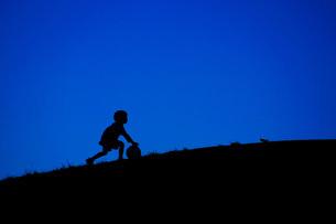 サッカーボールで遊ぶ少年の写真素材 [FYI01266874]
