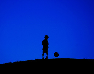 サッカーボールで遊ぶ少年(トリミング)の写真素材 [FYI01266875]