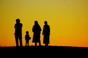 二世帯家族のシルエットイメージの写真素材 [FYI01266876]