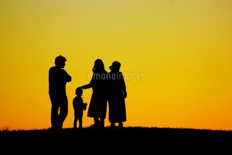 二世帯家族のシルエットイメージの写真素材 [FYI01266878]