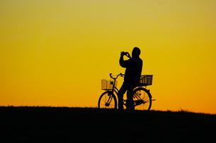 夕暮れの丘を自転車での写真素材 [FYI01266884]