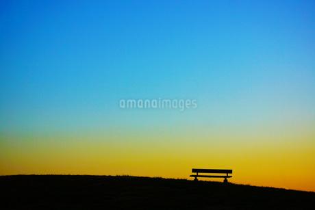 夕暮れの丘のベンチの写真素材 [FYI01266886]