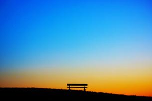 夕暮れの丘のベンチの写真素材 [FYI01266889]