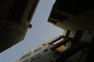 ビルに複雑に切り取られた青空の写真素材 [FYI01266948]