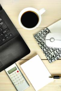 デスクの上のパソコンと電卓とメモの写真素材 [FYI01266977]