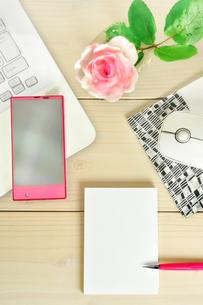 デスクの上のパソコンとスマートフォンとメモの写真素材 [FYI01266978]