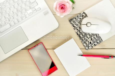 デスクの上のパソコンとスマートフォンとメモの写真素材 [FYI01266980]