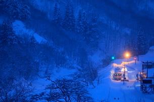 ブルーモーメントに染まる大白川駅の写真素材 [FYI01267208]