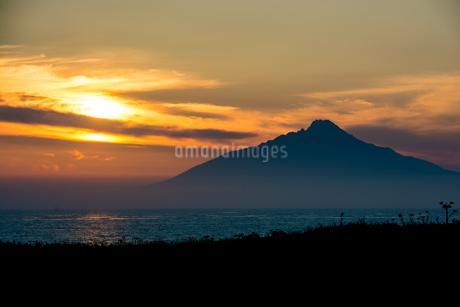 夕映えの利尻富士の写真素材 [FYI01267325]