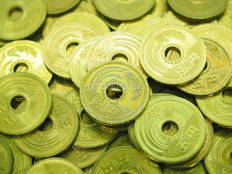 数十枚の五円玉の写真素材 [FYI01267338]