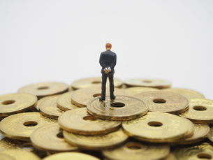 五円玉と後ろ姿の男性の写真素材 [FYI01267339]