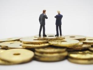 二人のビジネスマンと五円玉の写真素材 [FYI01267340]