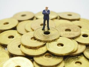 腕組みするビジネスマンと五円玉の写真素材 [FYI01267342]