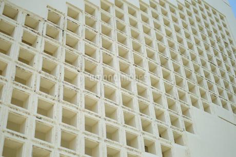 沖縄の白い穴空きブロックの壁の写真素材 [FYI01267451]