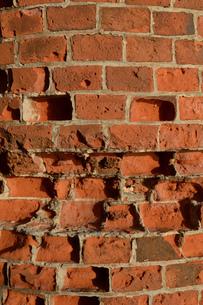 年季のある赤レンガの壁の写真素材 [FYI01267452]