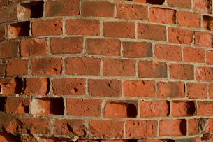 年季のある赤レンガの壁の写真素材 [FYI01267453]