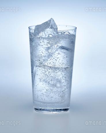 炭酸水の入ったグラスの写真素材 [FYI01267501]