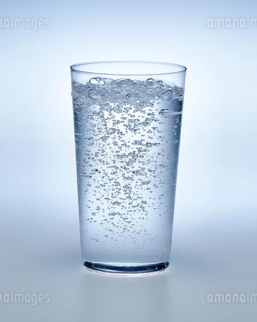 炭酸水の入ったグラスの写真素材 [FYI01267503]
