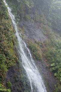 岩肌を流れる小さな滝の写真素材 [FYI01267740]