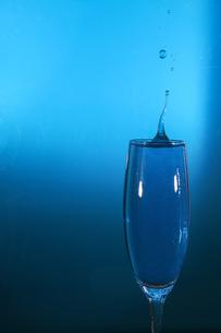 グラスの中のスプラッシュの写真素材 [FYI01267987]