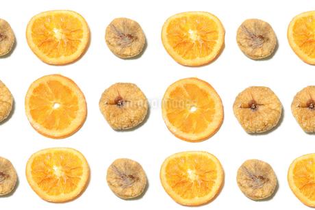 ドライフルーツ オレンジとイチジクの写真素材 [FYI01268102]